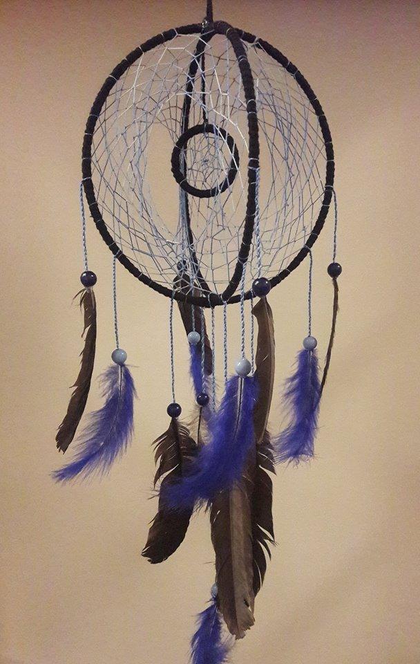 Capteur de rêves artisanal fait main en France, décoration piège à rêves bleu marine et noire, plumes