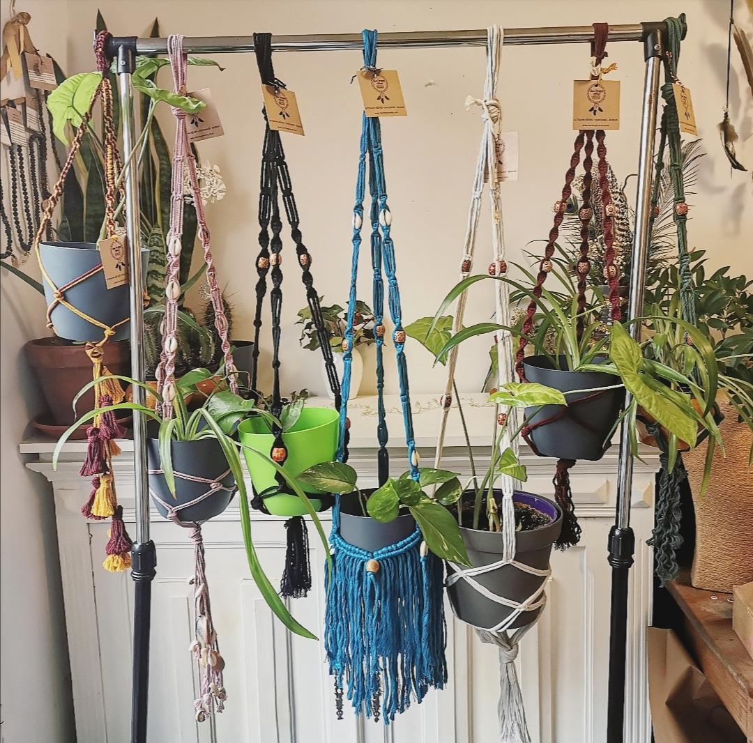 suspension macramé pour plante d'intérieur, plant hanger artisanal, fait main en france, décoration d'intérieur bohème artisanale, idée cadeau