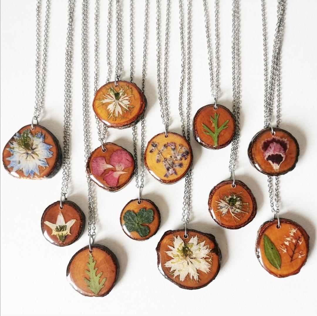 bijoux résine, collier bois, pendentif bois, collier fleur, pendentif fleur, bijoux naturels, artisanat français, fait main