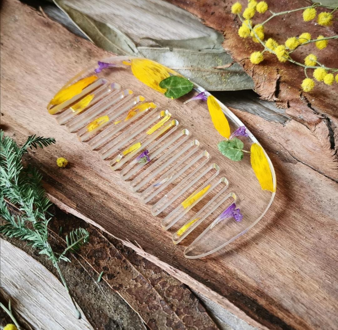peigne artisanal en résine époxy avec inclusion de fleurs séchées, accessoire bohème fait main, création unique et naturelle