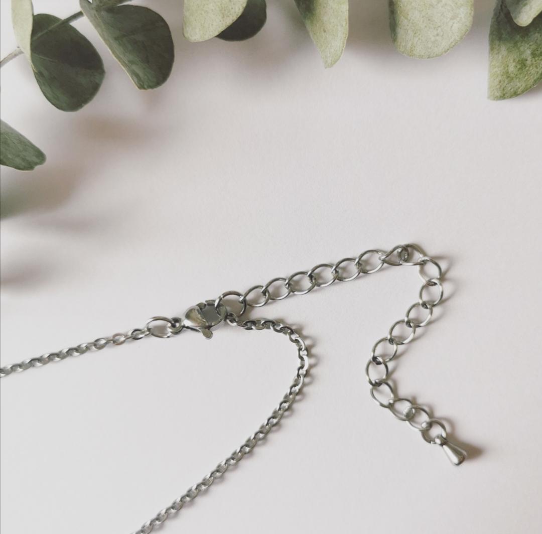 collier pendentif en résine avec inclusion de fleurs séchées, bijoux bohèmes artisanaux faits main, fabrication française, artisanat français, fait main en france, bijoux femmes, idées cadeaux