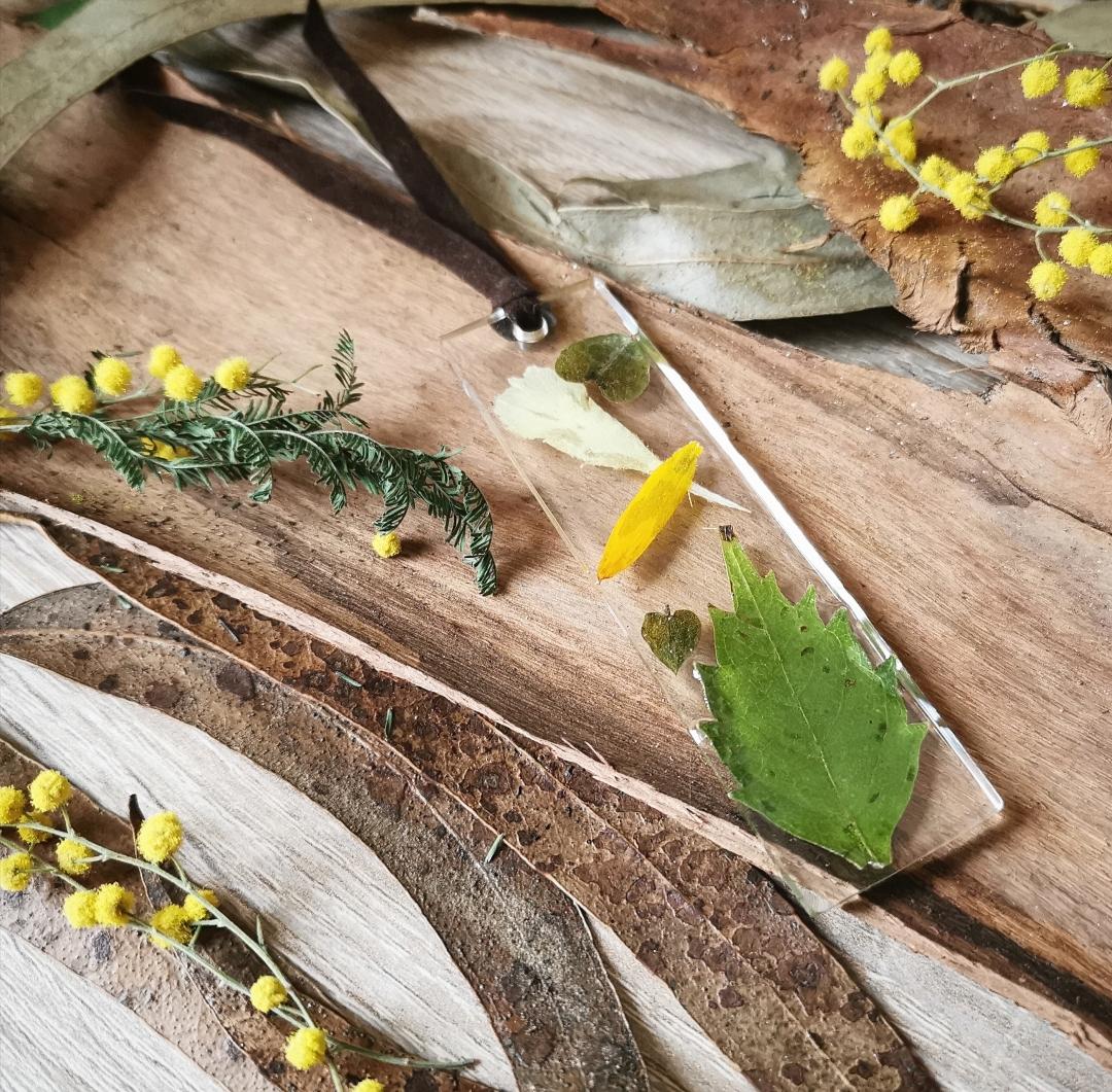 Marque-page artisanal fait main en France, création unique, résine époxy, fleurs, feuilles, végétaux, pétales naturels séchés, accessoire bohème, idée cadeau original