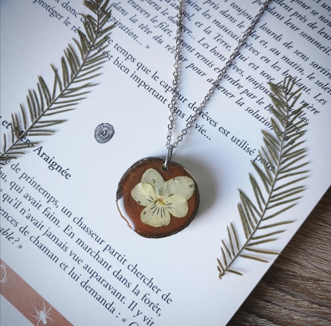 collier pendentif en bois et résine avec inclusion de fleurs séchées