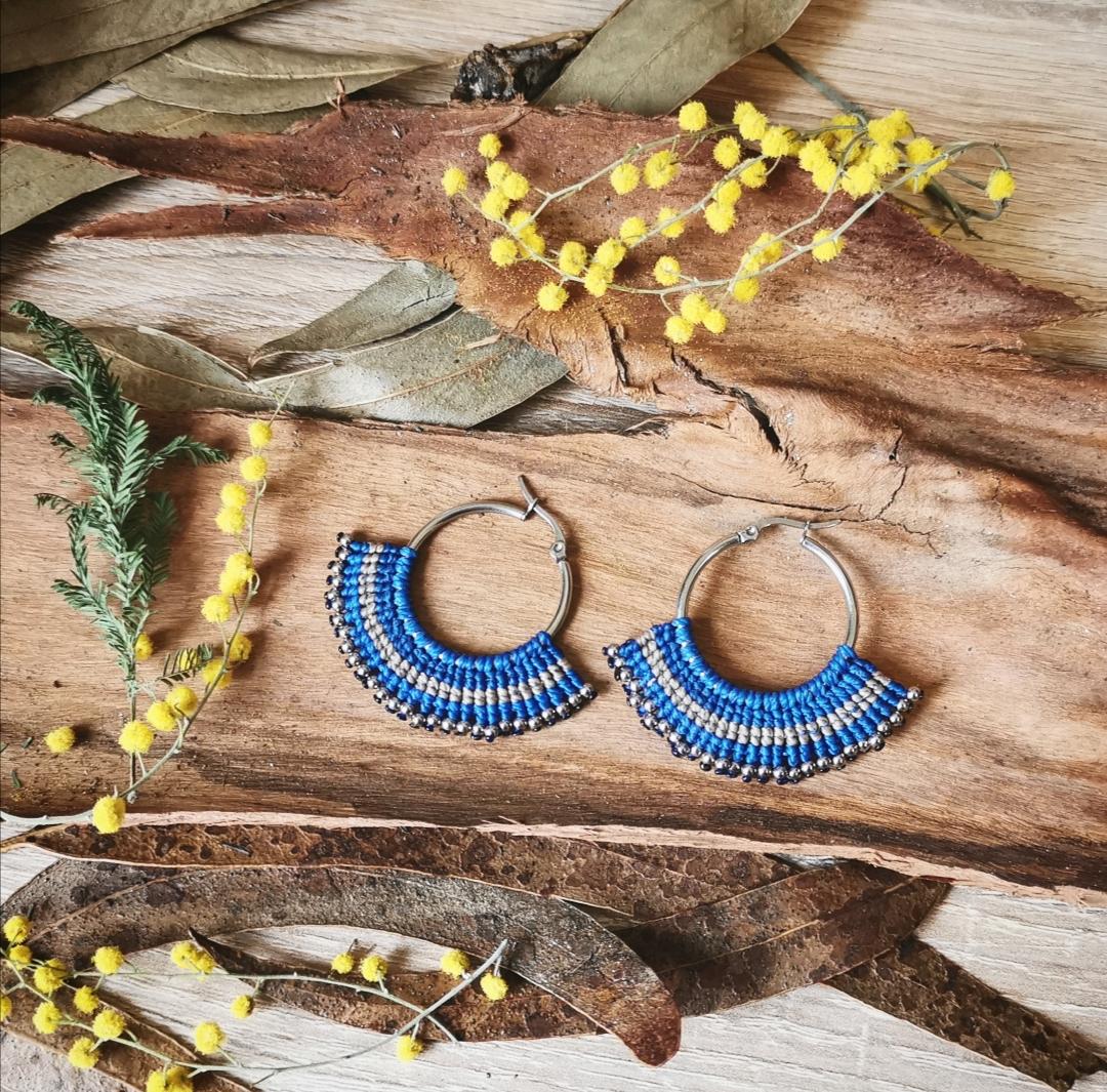 bijoux macramé, boucles d'oreilles macramé, créoles argentées, boucles d'oreilles artisanales bleues, fait main en france, créations unique, bijoux bohèmes, hippie