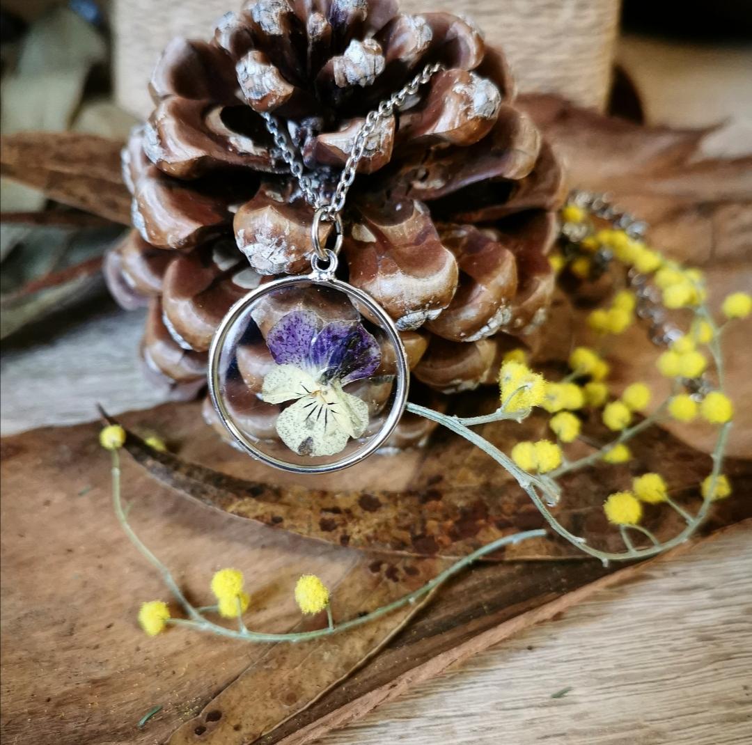 bijoux résine et fleurs naturelles, collier pendentif fleur pressée, résine époxy, création artisanale, fait main en france, bijoux bohèmes, idée cadeau femme