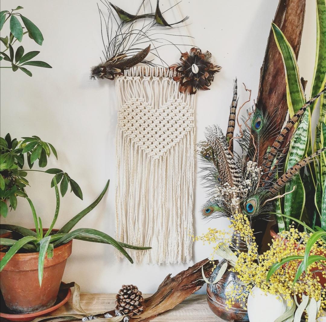 Tenture murale macramé, décoration d'intérieur, artisanat français, fait main en France, créations uniques artisanales, bohème, coeurs en macramé, plumes naturelles, ethnique
