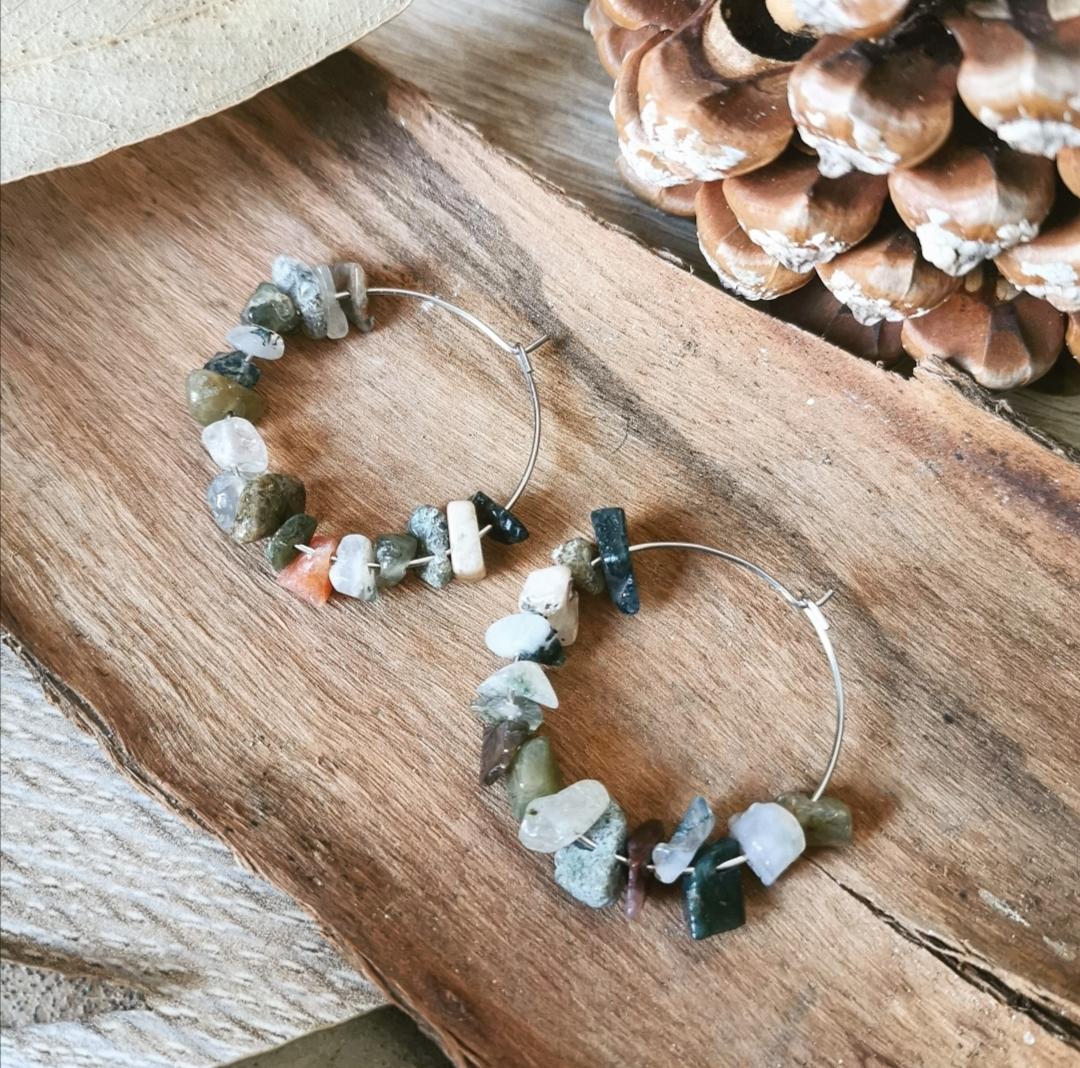 Boucles d'oreilles artisanales, bijoux bohèmes chic faits main, créations uniques françaises, pierres gemmes, créoles argentées