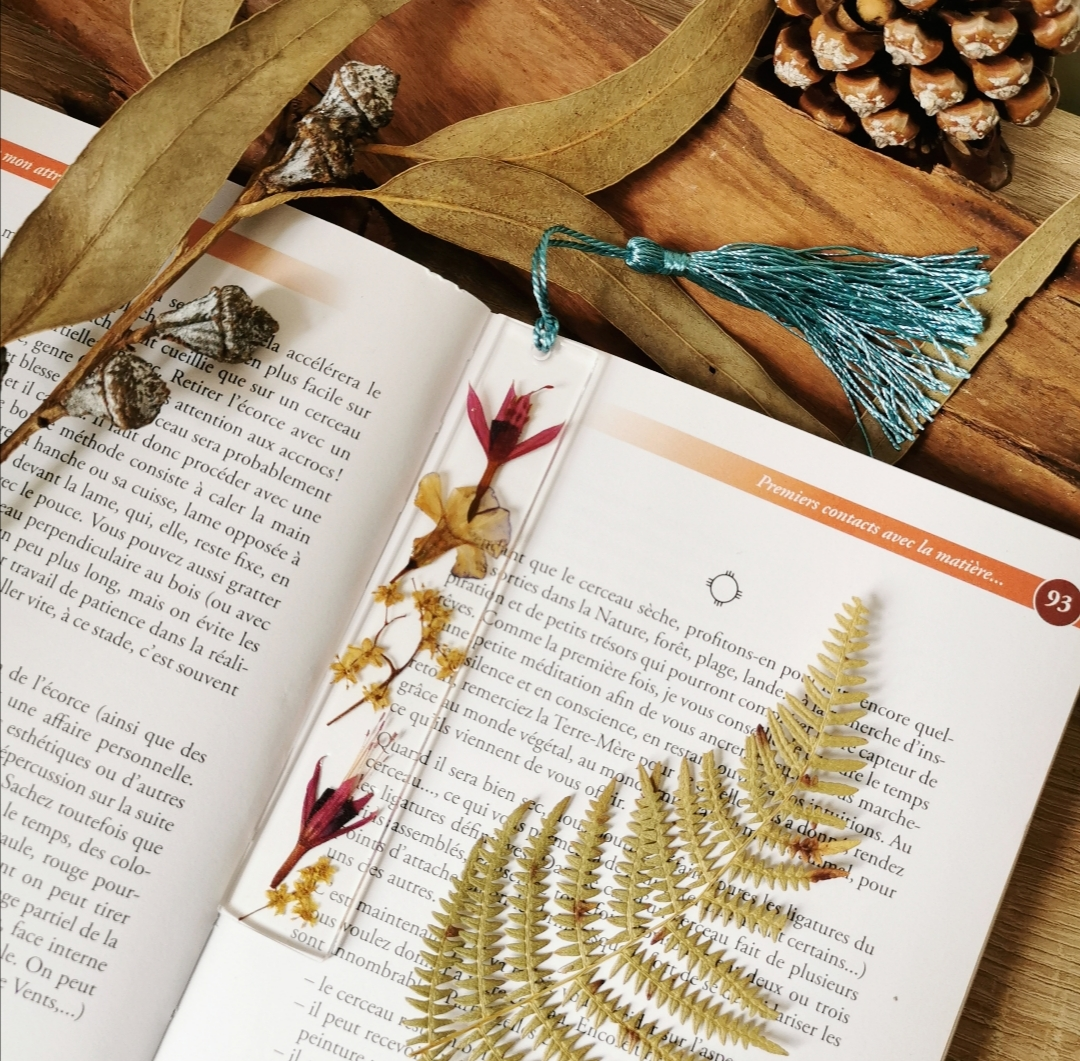 Marque-page fait main, marque-page artisanal, création unique, fabrication française, résine, inclusion de fleurs séchées, accessoire bohème, idée cadeau