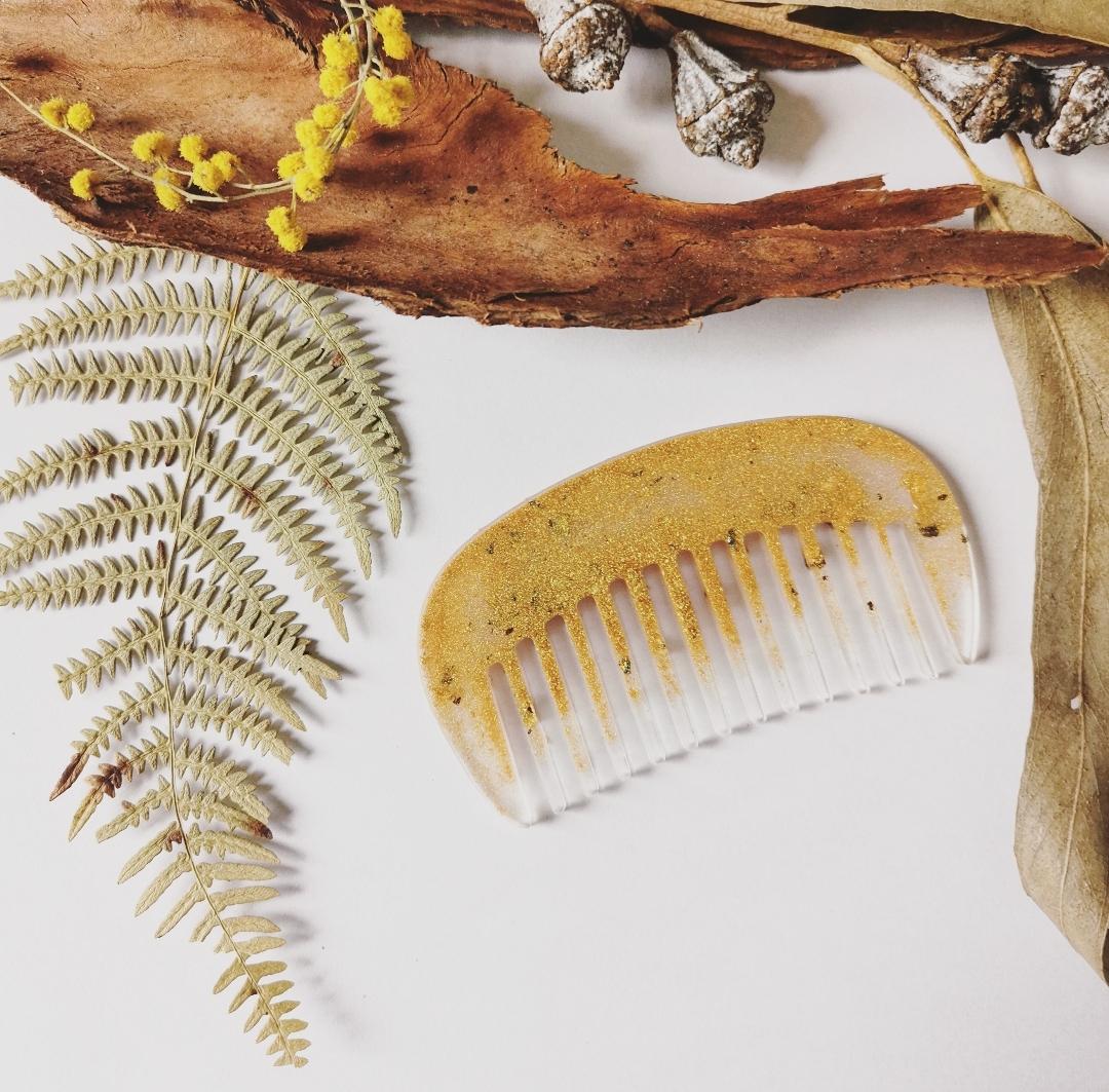 Peigne à cheveux artisanal fait main en France, accessoire cheveux, peigne en résine doré, or, peigne, peigne bohème
