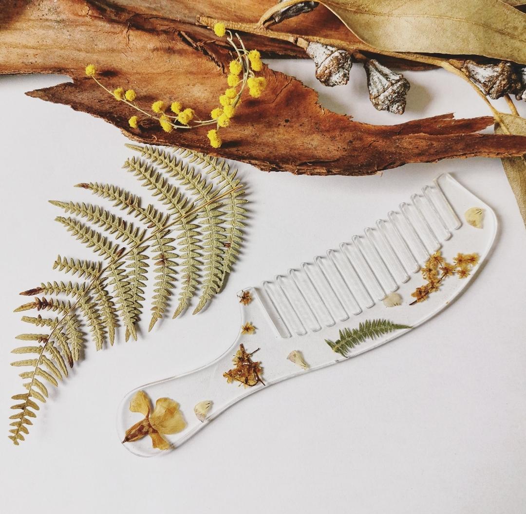 Peigne à cheveux artisanal fait main en France, accessoire cheveux, peigne en résine, inclusion de fleurs séchées, peigne fleuri, peigne bohème