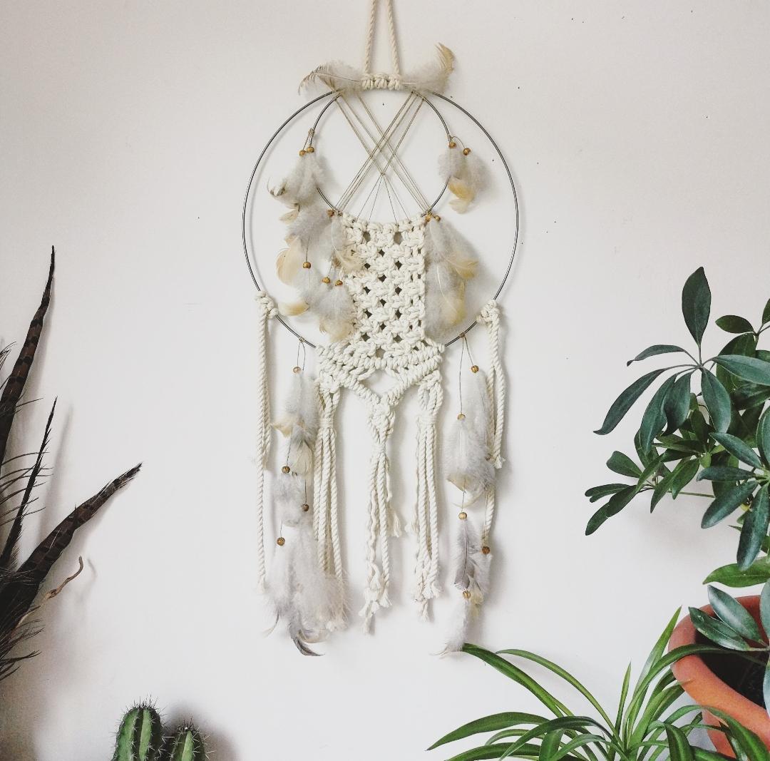 attrape-rêves artisanal fait main en france, décoration macramé, art mural bohème ethnique