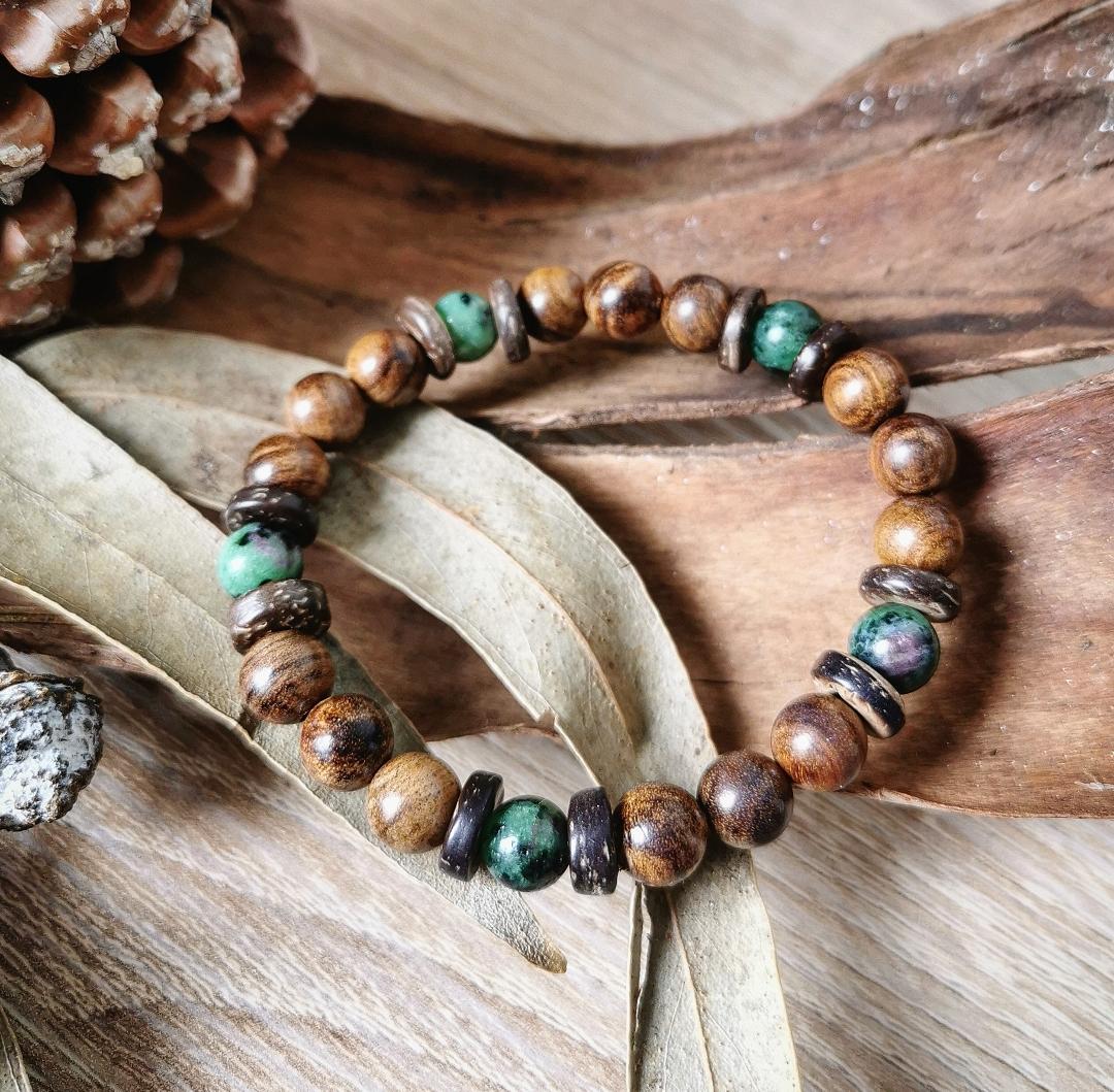 bracelet artisanal pierres gemmes rubis zoïsite bois de santal
