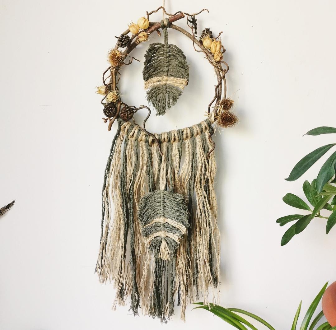 attrape-rêves artisanal naturel, fleurs séchées, dreamcatcher macramé fait main, décoration murale d'intérieur