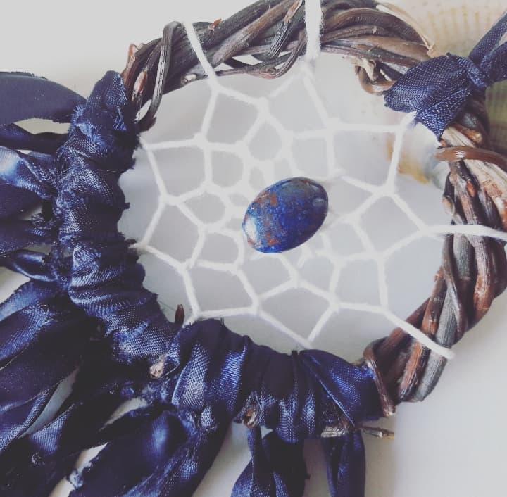 Attrape-rêves artisanal fait main en France, dreamcatcher pierre gemme, chrysocolle, bleu nuit, création bohème unique