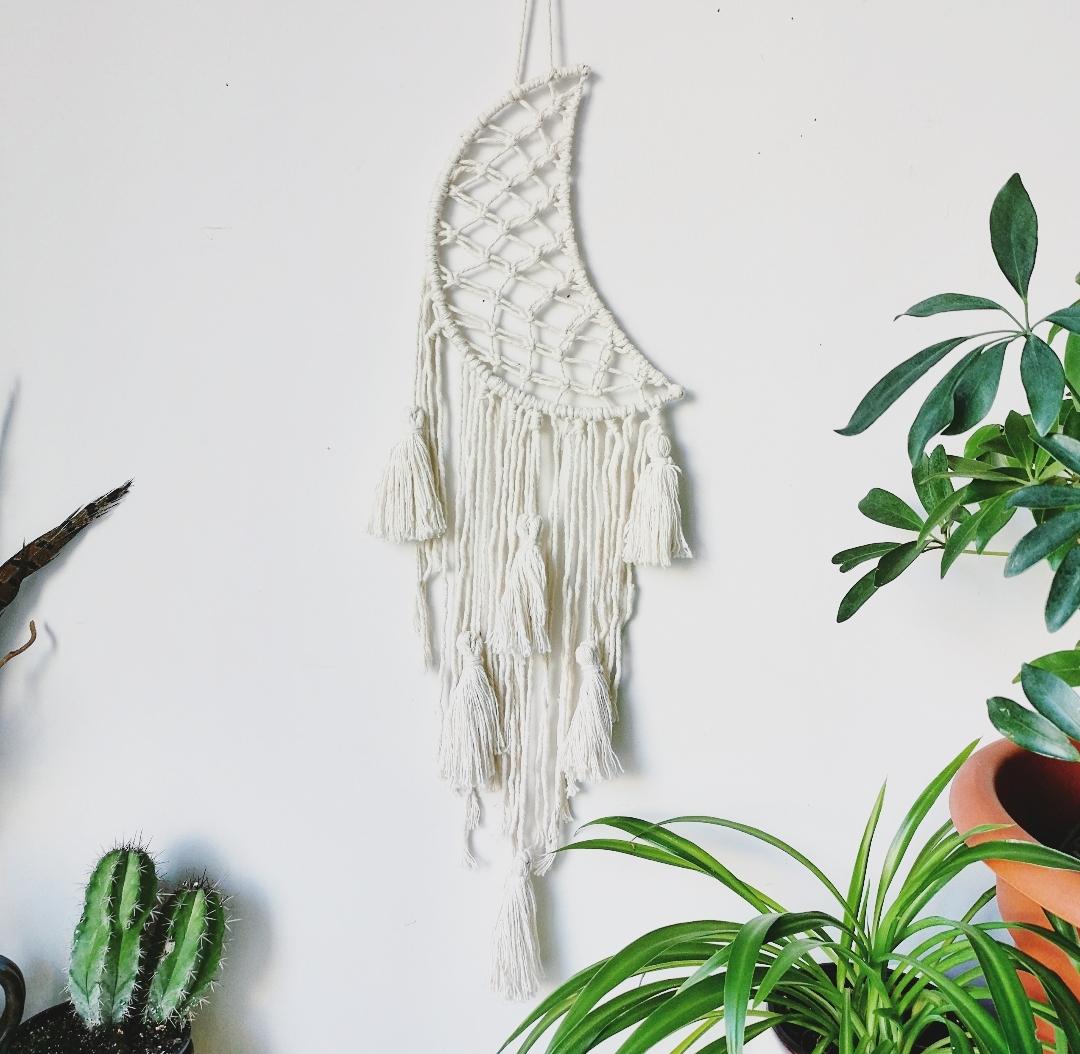 Attrape-rêves artisanal fait main en France, dreamcatcher macramé, croissant de lune en macramé, décoration murale d'intérieur bohème