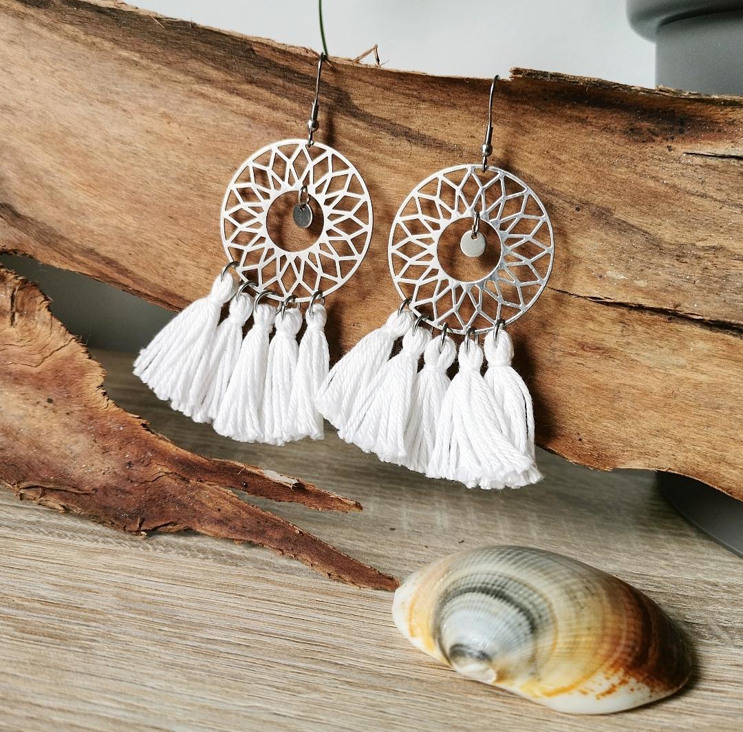 Bijoux bohèmes, bijoux artisanaux, hippie, artisanat français, pompons, boucles d'oreilles argentées