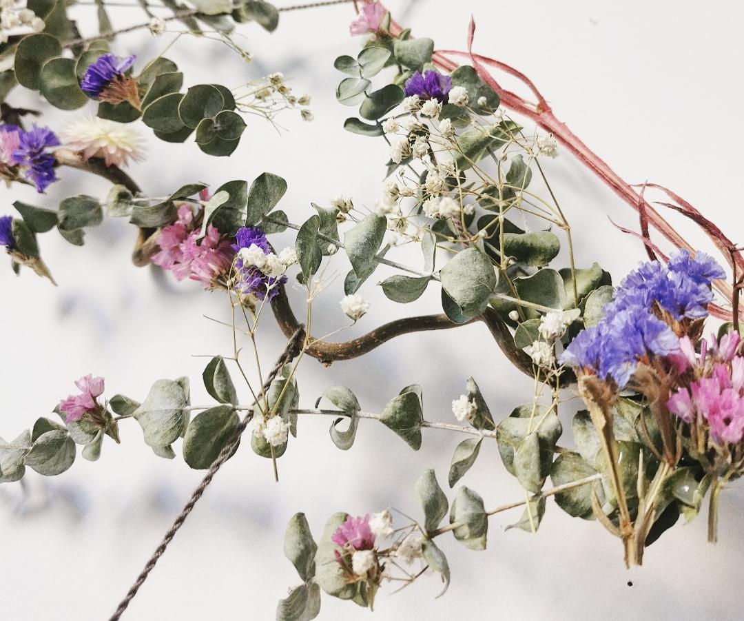 Attrape-rêves artisanal fait main en France, dreamcatchers naturels bohèmes, pierres gemmes, quartz rose, fleurs séchées, décoration murale d'intérieur
