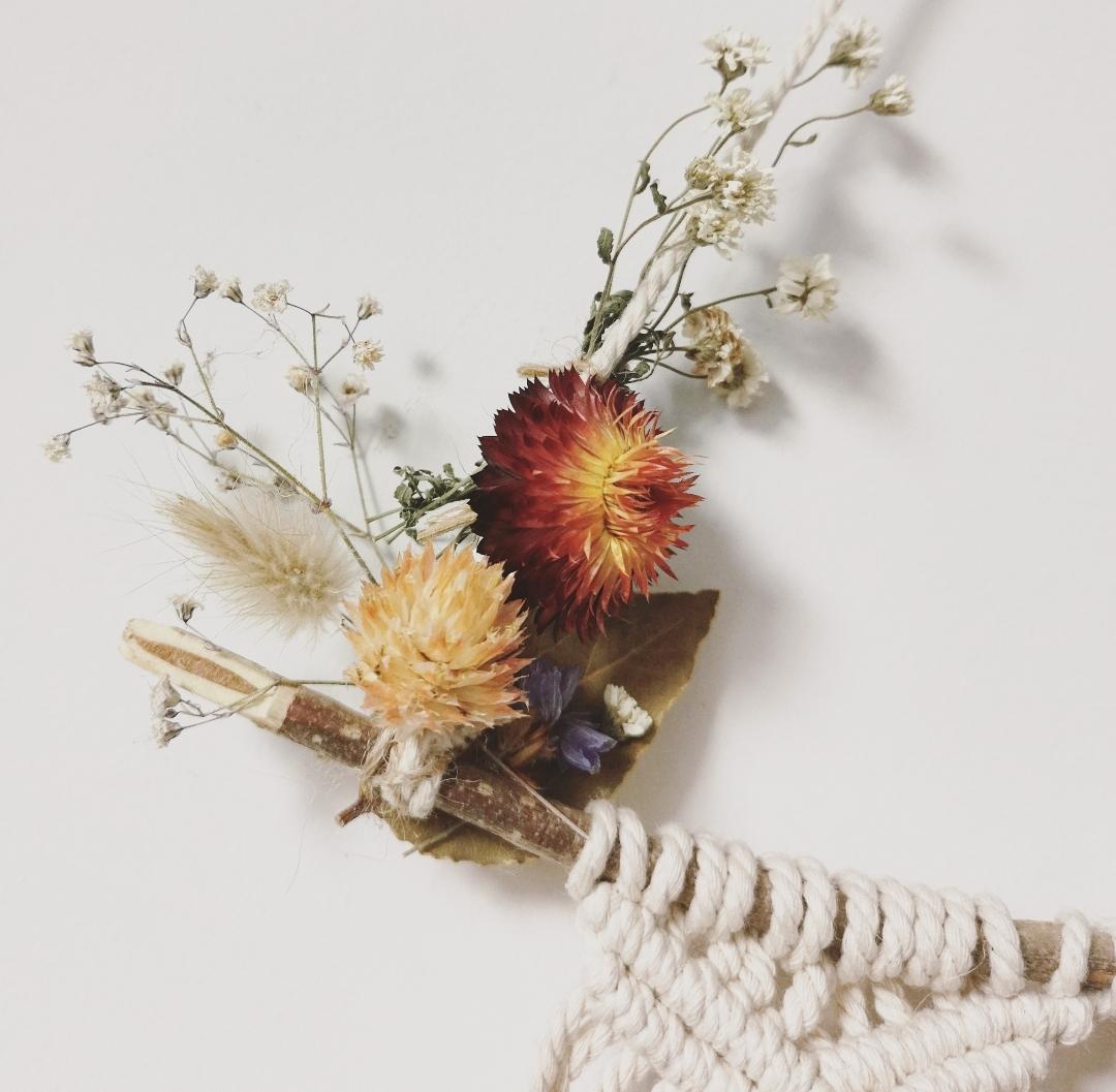 Décoration murale d'intérieur, tenture macramé artisanale, composition florale, création fleurie, déco naturelle, fait main en France, bohème