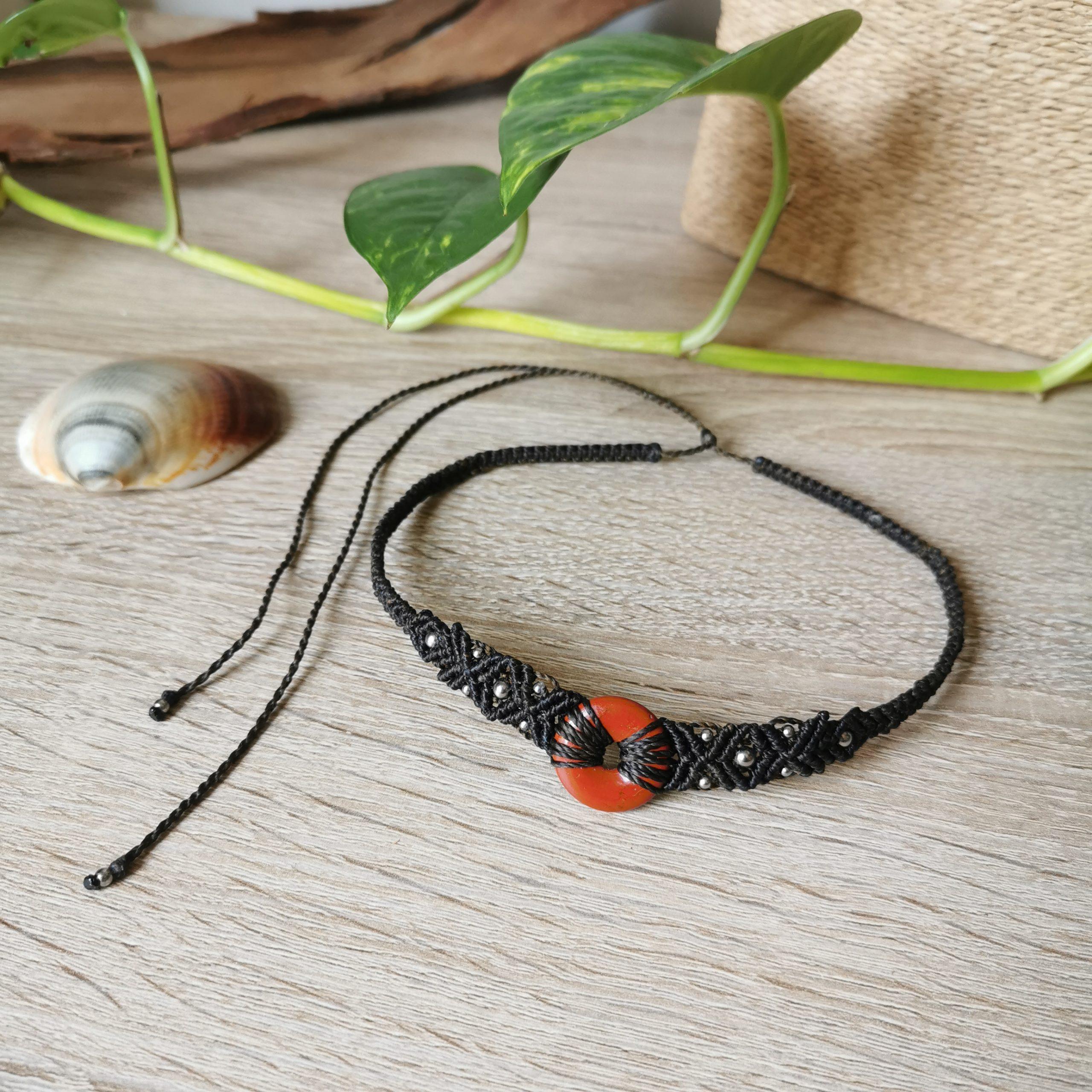 collier pierre jaspe rouge en macramé, création bohème, ethnique, hippie, bijoux artisanaux faits main en france