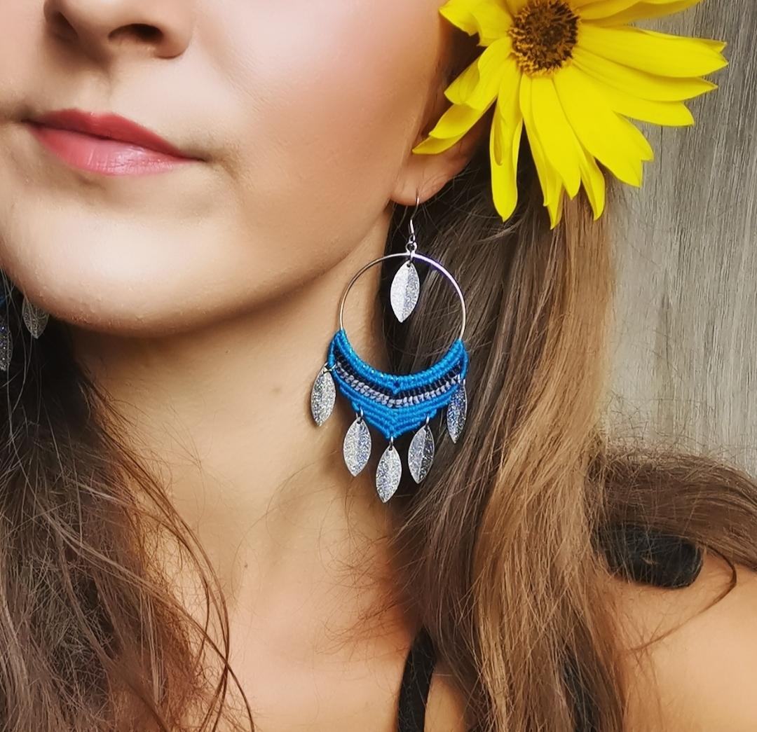 Boucles d'oreilles bohèmes, créoles artisanales, micro macramé, hippie, bohème chic, bijoux artisanaux faits main en france, fabrication artisanale