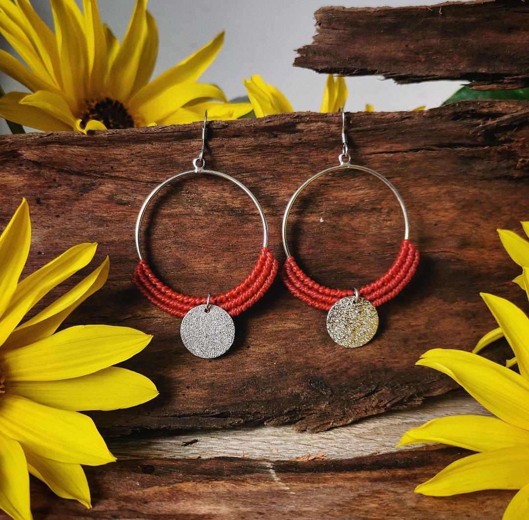 Boucles d'oreilles bohèmes hippie artisanales, bijoux macramé faits main en france, créoles argentées dorées, micro macramé